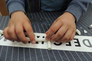 De cursist maakt een hoofdletter alfabet en een kleine letter alfabet plus een aantal concepten die iedereen in het leven nodig heeft.